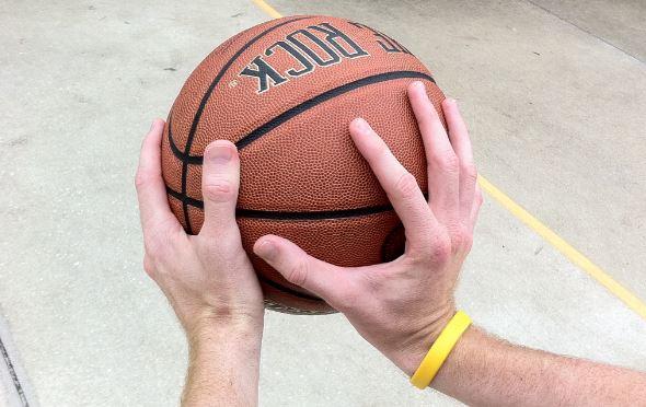 6 Cara Memegang Bola Basket yang Paling Benar