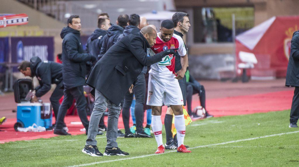 Thierry Henry sedang memberikan arahan kepada anak asuhannya