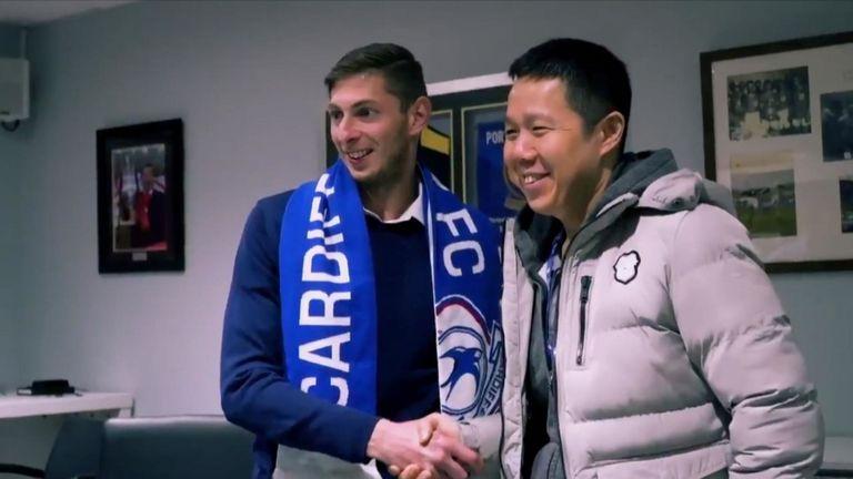 Emiliano Sala saat menandatangani kontrak dengan Cardiff City
