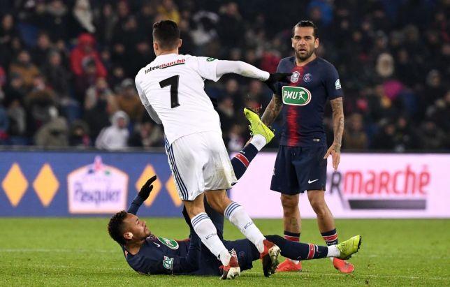 Momen saat Neymar dilanggar di laga melawan Strasbourg