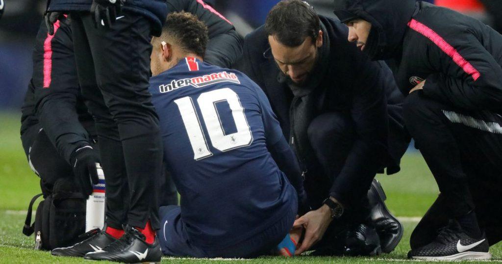 Neymar sedang mendapatkan perawatan oleh tim medis