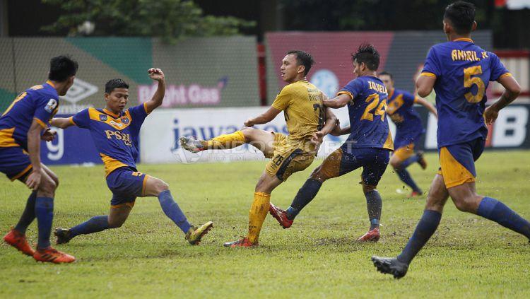 Rahmat Hidayat dalam aksinya di laga Bhayangkara vs PSBL (Indosport)