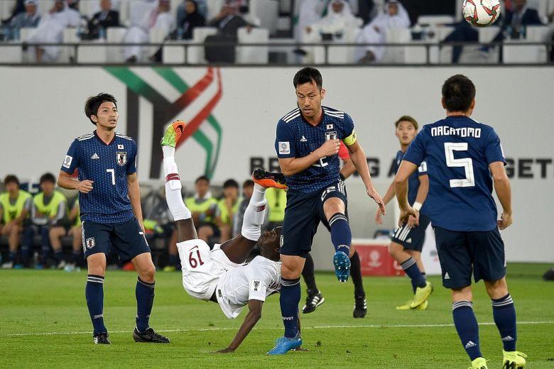 Momen saat Almoez Ali mencetak gol indah ke gawang Jepang (Straitstimes)