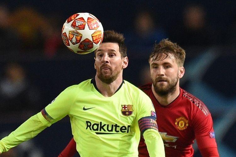 Momen saat Lionel Messi dijaga ketat oleh Luke Shaw
