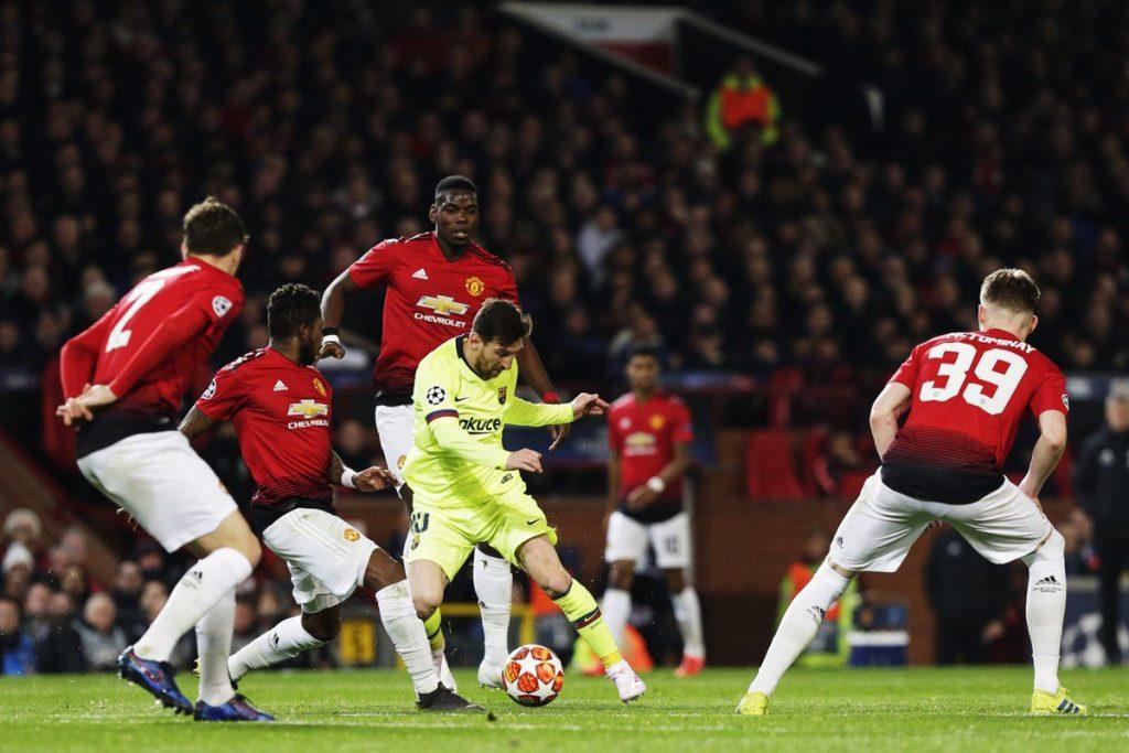 Aksi Lionel Messi yang coba lewati pertahanan Manchester United