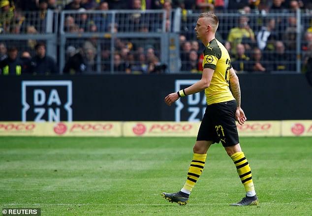 Marius Wolf yang dikartumerahi wasit dan membuat Dortmund harus main dengan 9 pemain