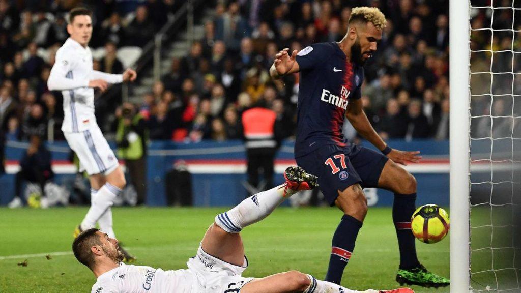Momen saat Eric Choupo-Moting menahan bola yang akan masuk menjadi gol untuk PSG