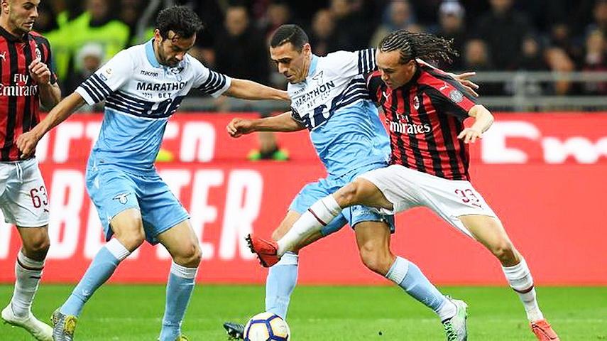 Duel sengit antara pemain Lazio dengan AC Milan