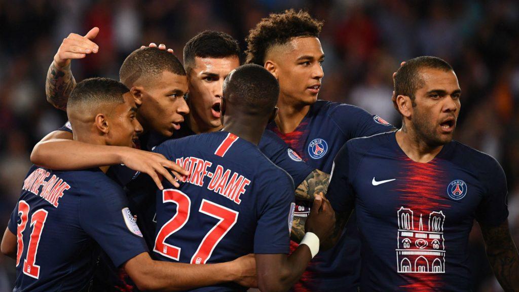 Para pemain PSG sedang merayakan gol yang dicetak oleh Kyilian Mbappe
