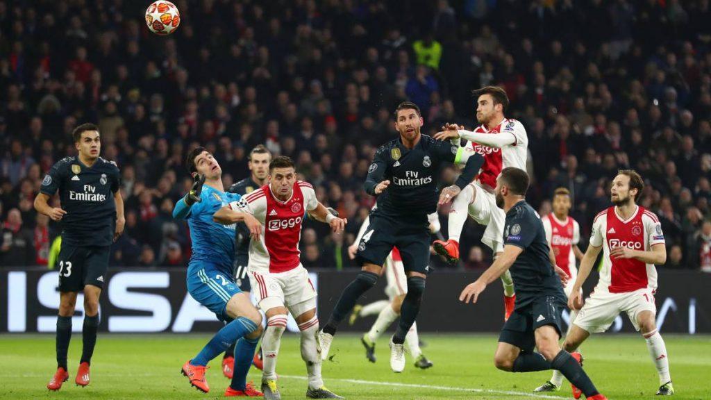 Momen saat para pemain Ajax berduel dengan pemain Real Madrid