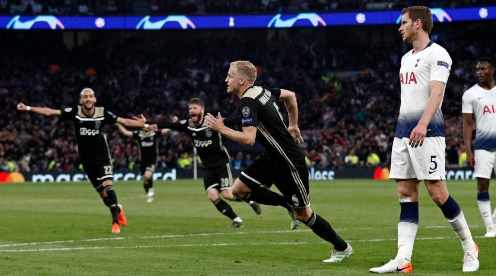 Selebrasi Donny Van de Beek saat cetak gol ke gawang Tottenham