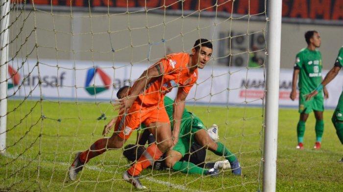 Momen saat Matias Conti cetak gol bagi Borneo FC
