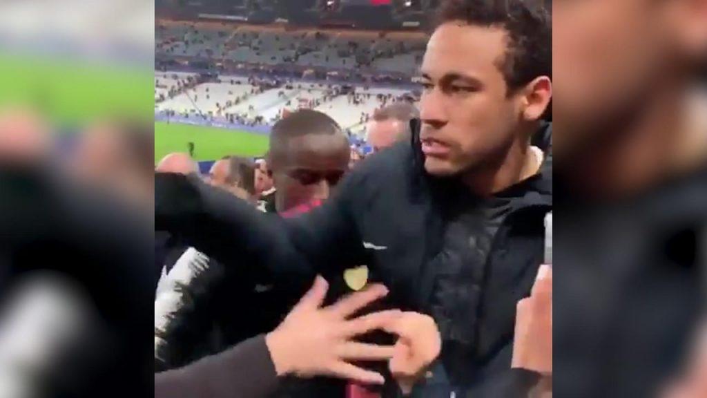 Momen saat Neymar memukul supporter