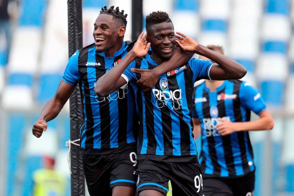 Duvan Zapata (kiri) dan Moussa Barrow (kanan) rayakan gol Atalanta